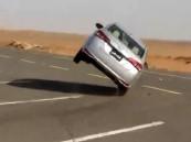 ضبط قائد سيارة سار بمركبته على إطارين فقط بتبوك
