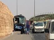 إصابة 12 شخص إثر حادث تصادم بين حافلة نقل ركاب وشاحنة