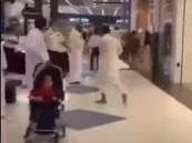 شاب يطعن 3 رجال حراسات في مجمع تجاري بالدمام