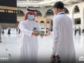 شؤون الحرمين توزع مراوح يدوية على ضيوف الرحمن
