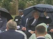 بالفيديو.. موقف مضحك لرئيس الوزراء البريطاني مع مظلته