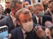 """بالفيديو.. شاب يلقي """"بيضة"""" على الرئيس الفرنسي أثناء تجوله في ليون"""