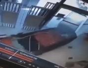 شاهد..فتاة تقتحم مكتب شركة اتصالات بمركبتها في الرياض
