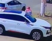 فيديو يوثق لحظة إشعال شخص النار في سيارة مواطن بجازان