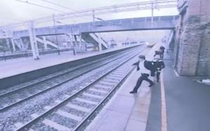 شاهد.. امرأة تنقذ رجلا من الموت تحت عجلات قطار