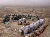 مغردون يتداولون صورة لجندي يحمي زملاءه وهم يؤدون الصلاة بالحد الجنوبي
