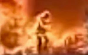 شاهد.. عامل يُضحِّي بحياته وسط النيران لينقذ جوالَه