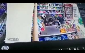 فیدیو یوثق سرقة لصین لمحل تجاري في جدة