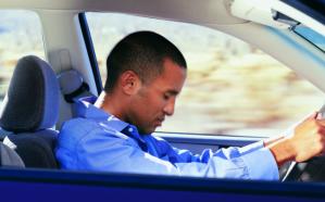 العلماء يفسرون ظاهرة النوم أثناء قيادة السيارة