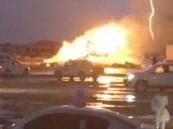 «صاعقة» تحرق شاحنة أعلاف على طريق الطائف (فيديو وصور)