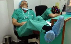 الأكثر تداولاً.. (صورة) لأطباء أصابهم الإرهاق بعد جراحة استغرقت 22 ساعة