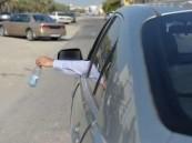 """""""المرور"""": رمي النفايات من السيارة """"مخالفة"""" وغرامتها 150 ريالاً"""