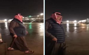 شاهد.. الأمير محمد بن نايف يمشي تحت رشات المطر بالحدود الشمالية
