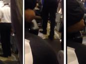بالفيديو.. طفح حمّامات طائرة للخطوط السعودية بين الركاب.. وقائدها يرفض توسلاتهم بالعودة للمطار