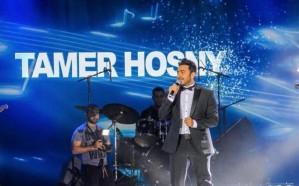 فيديو وصور.. تامر حسني يشعل أولى حفلاته بالمملكة