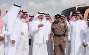 خالد الفيصل يتفقد الأحياء المتضررة من الأمطار بالليث
