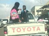 بسبب غياب النقل المدرسي .. نقل الطالبات في سيارة هايلكس