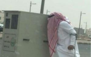 مواطن سعودي يقبل ساهر ويبكي بجواره