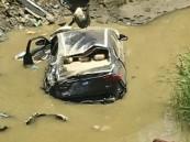 شاهد: سقوط مركبة في أحد الأنفاق المتعثرة في خميس مشيط