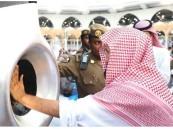 """بالصور.. """"السديس"""" يطيب الحجر الأسود والملتزم في أول يوم من رمضان"""
