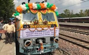 بالصور .. الهند تطلق أول قطار في العالم يعمل بالطاقة الشمسية