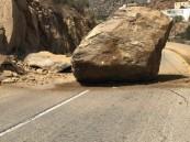 شاهد: صخرة عملاقة تغلق أحد طرقات محافظة ميسان