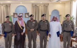 أمير الجوف يكرم عدداً من رجال الأمن لجهودهم في حفظ أمن المواطن والمقيم
