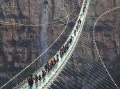 شاهد.. افتتاح أطول جسر زجاجي معلق في هذه الدولة!