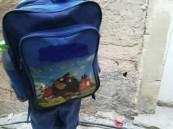 شاهد.. جمعية خيرية تثير غضب المغردين بسبب حقائبها المدرسية