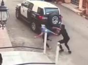 بالفيديو.. لحظة ضبط لص بعد هروبه من أحد المنازل بجدة