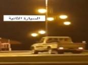 شاهد.. شابان يعبثان بسيارتهما في حديقة الأمير محمد بن ناصر بجازان