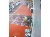 شاهد.. عامل يلفظ أنفاسه الأخيرة بعد أدائه الصلاة في مسجد بالرياض