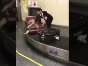 فيديو.. تصرف مثير تفعله موظفة بحقائب المسافرين في مطار باليابان!