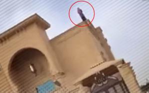 فيديو.. عاملة منزلية تقف أعلى سطح منزل كفيلها وتهدد بالانتحار في بريدة