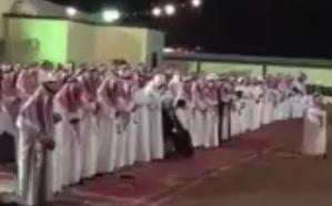 شاهد.. عريس يلغي الشيلات ويستبدلها بصلاة الخسوف في حفل زفافه