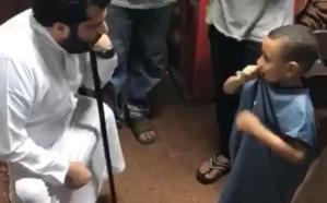 """بالفيديو… تركي آل الشيخ يزور أحد مشجعي نادي """"بيراميدز"""" في محله.. ويكافئ نجله!"""
