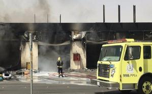 بالفيديو.. نشوب حريق ضخم بمحطة وقود على طريق القدية