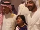 """شاهد.. فيديو عفوي لـ """"الجبير"""" و""""عبدالله بن زايد"""" مع صغيرتين بالدرعية"""