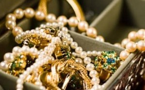عاملة منزلية مجهولة الهوية تستولى على مجوهرات تتجاوز قيمتها مليوني ريال من منزل كفيلها