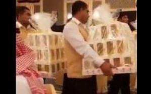 """بالفيديو. .جوالات """"آيفون"""" وهمية لضيوف حفل عقد قران بجدة"""
