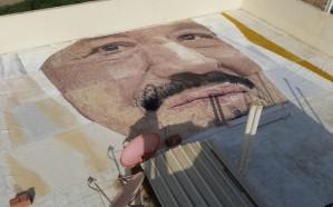 """شاهد : أول فنان تشكيلي سعودي مرشح لـ""""غينيس"""" لرسمه أكبر بورتريه واقعي لـ""""ملك الحزم"""""""