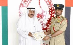 شرطة دبي تكرم سعوديًا لأمانته وتمنحه شهادة شكر وتقدير 