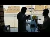 """بالفيديو.. """"بالقوة"""".. باكستاني يشتري  """"تمر"""" من بائع يمني مقابل حجارة حوثية"""