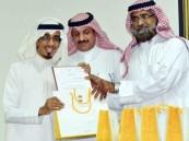 """مكتب تعليم """"الصفا"""" يكرم الإعلامي محمد سالم العرفي"""