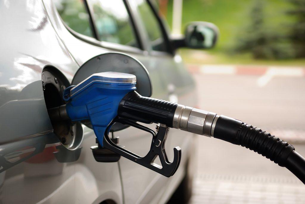 فيديو يوضح مخاطر تعبئة الوقود والسيارة في وضع التشغيل