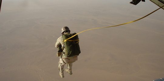 """فيديو.. إنزال جوي """"مظلي"""" للقوات السعودية في الحديدة"""