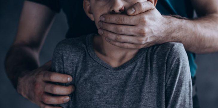 القبض على رجل اغتصب طفلًا 100 مرة