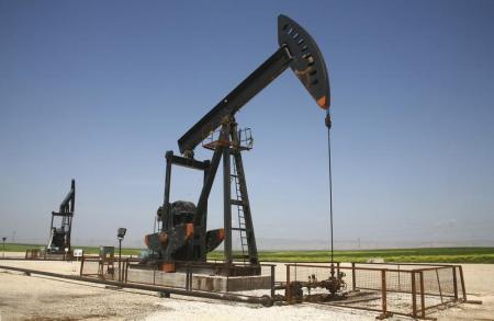 استقرار أسعار النفط مع ارتفاع الإنتاج الأمريكي وانخفاض المخزونات