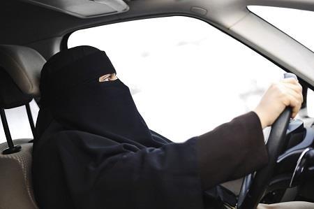 """""""المرور"""" تدعو الراغبات في استبدال رخص القيادة إلى تسجيل طلباتهن"""