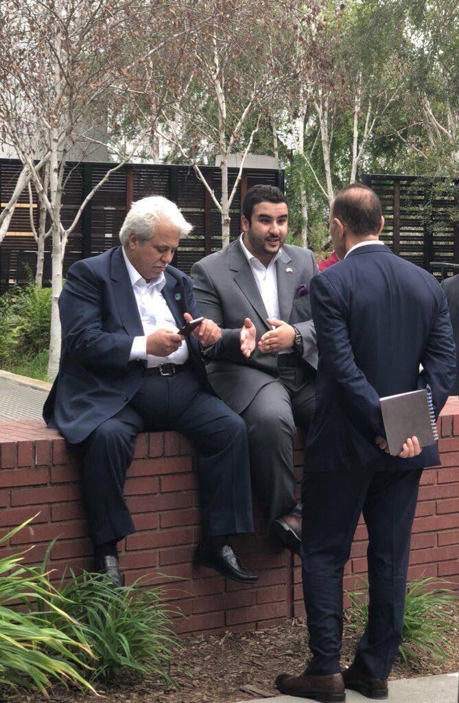 صورة عفوية لسفير خادم الحرمين في واشنطن مع وزيرا الطاقة والتجارة